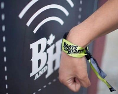 arm mit rfid-armband in der nähe eines stationären rfid-lesegeräts