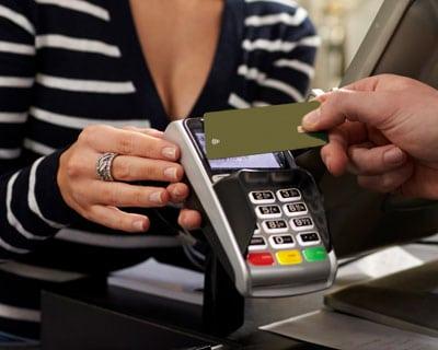 kontaktloses bezahlen mit rfid-karte am terminal in einem laden