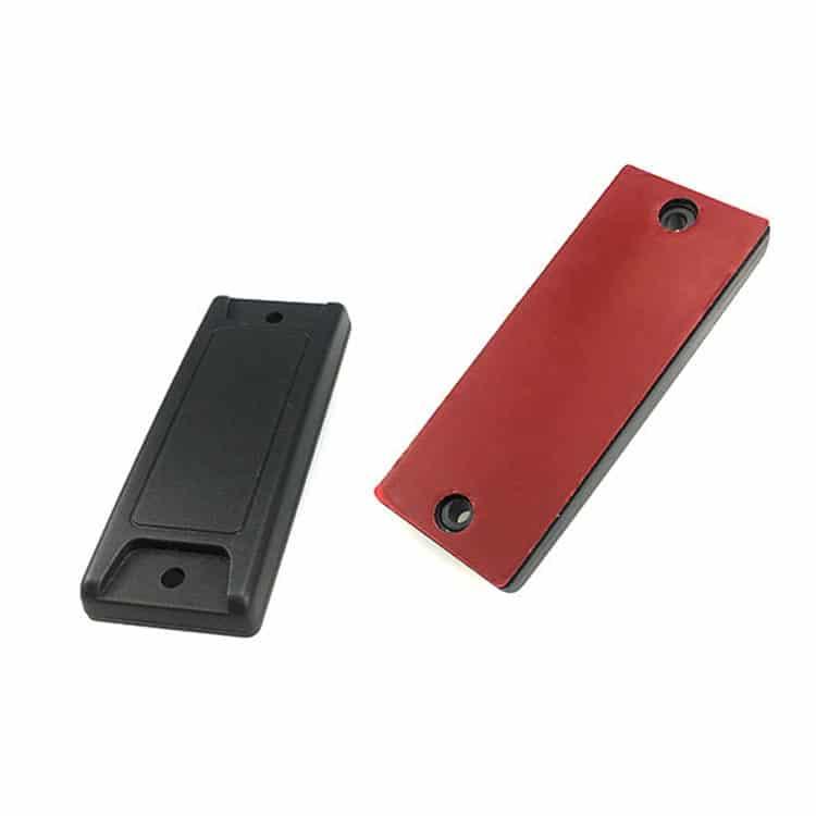 Vorder- und Rückseite von zwei schwarzen RFID Anti-Metall-Tags