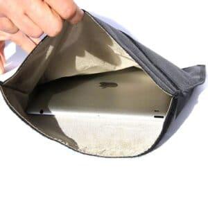 Zeigt ein iPad Tablet in einer Tasche mit RFID-Abschirmung