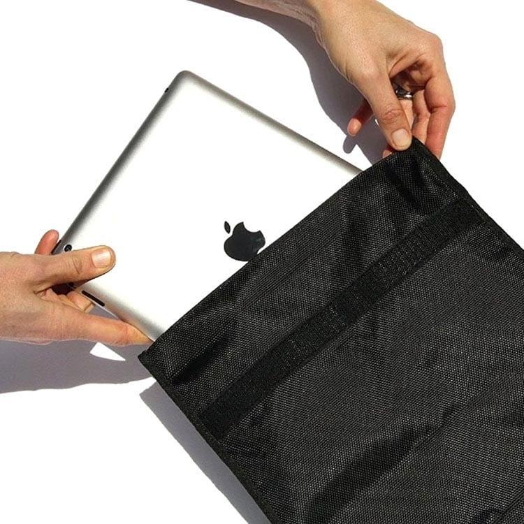 iPad Tablet in schwarzer RFID-Abschirmtasche