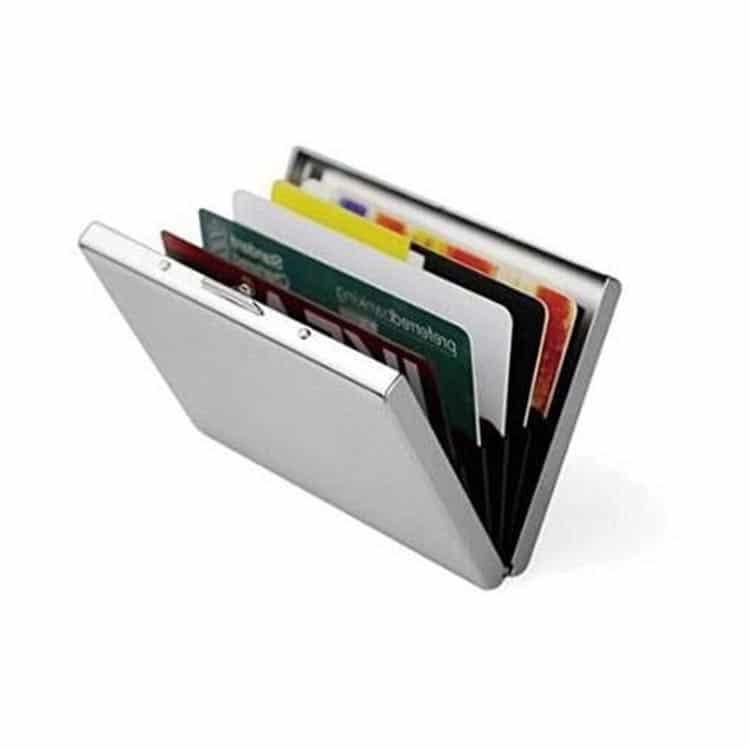 rfid-schutz stahlbox mit eingelegten kreditkarten