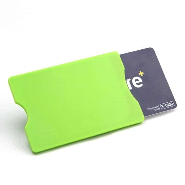 grüne rfid-blockierende Hülle mit Kreditkarte