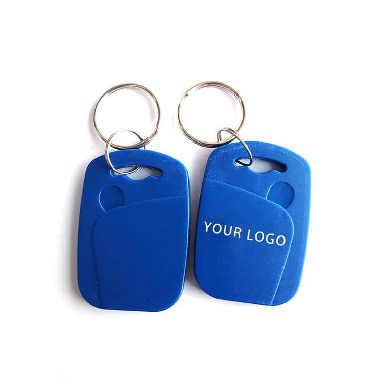 zwei blaue RFID-Schlüsselanhänger mit weißem Logodruck