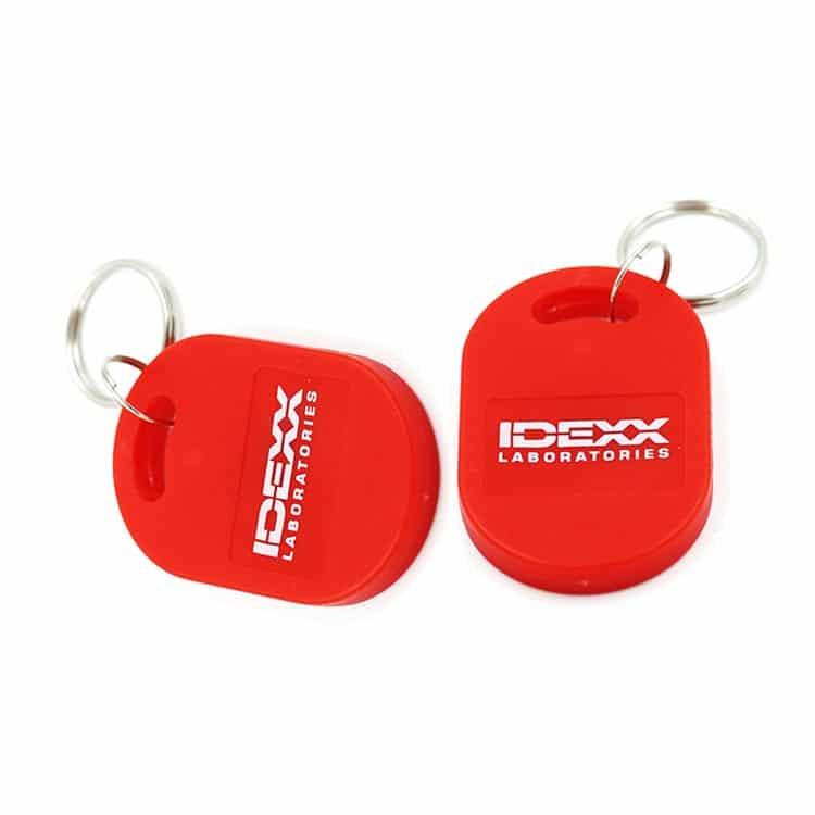 zwei rote RFID-Schlüsselanhänger mit Logodruck
