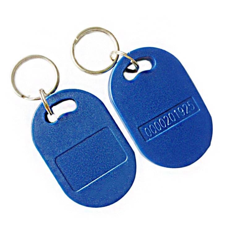 blauer RFID-Schlüsselanhänger mit eingelaserter Nummerierung