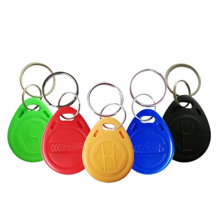 mehrere ABS RFID Schlüsselanhänger in den Farben grün, rot, gelb, blau und schwarz mit Logoprägung