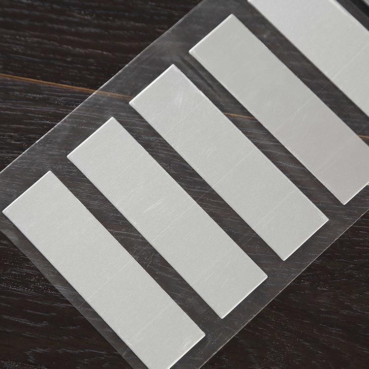 Anti-Metal UHF RFID tags auf flacher Holzoberfläche