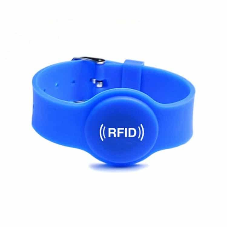 Vorderansicht des blauen Silikon-RFID-Armbands mit weißem Logoaufdruck