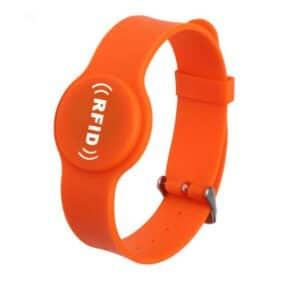 Vorderansicht des orangefarbenen Silikon-RFID-Armbands mit weißem Logoaufdruck