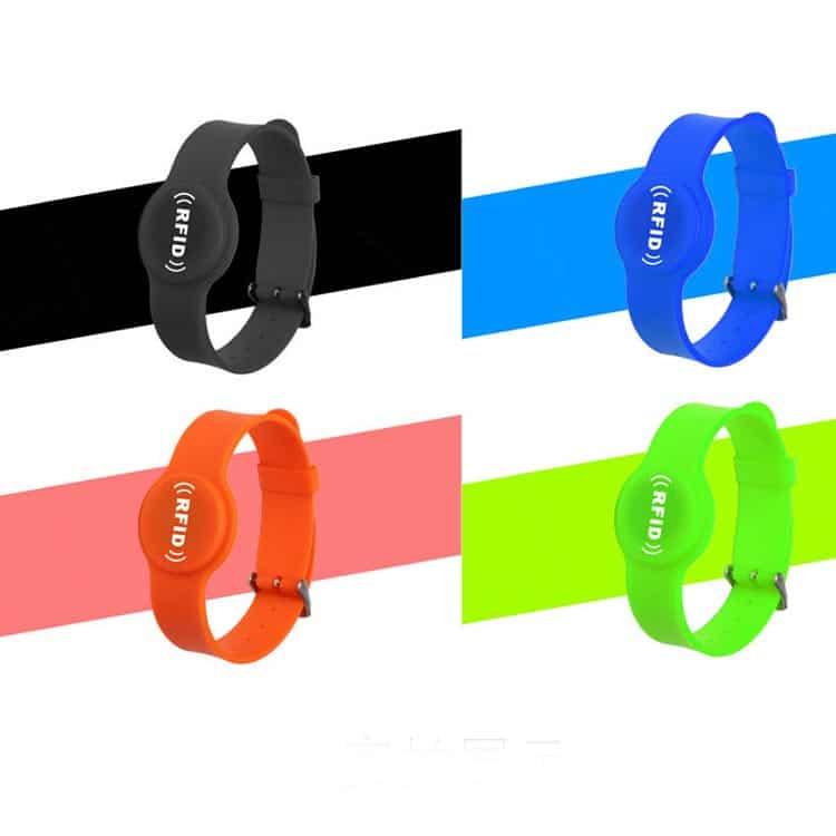 Silikon-RFID-Armbänder in den Farben schwarz, blau, rot und grün