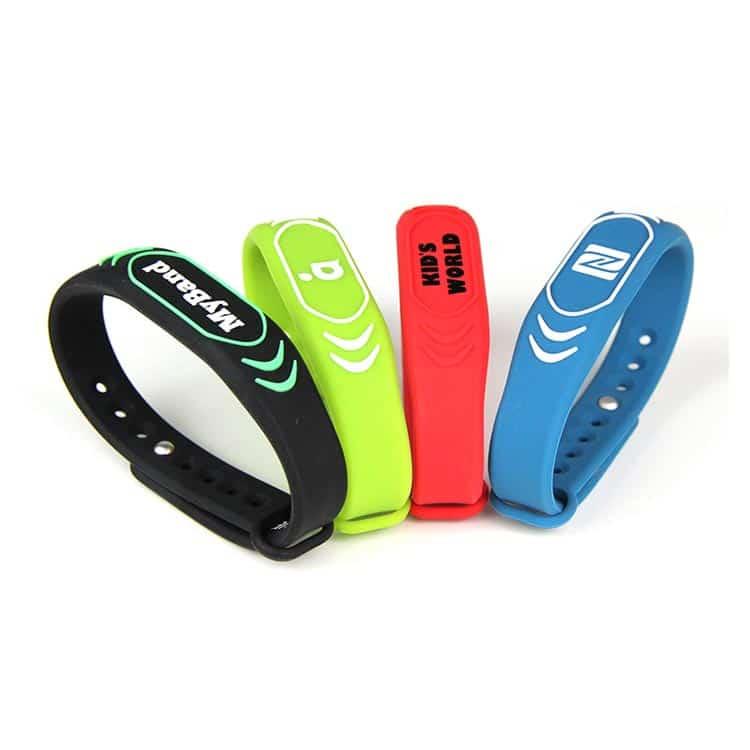 4 Silikon RFID-Armbänder in schwarz, grün, rot und blau mit kundenspezifischem Logo bedruckt