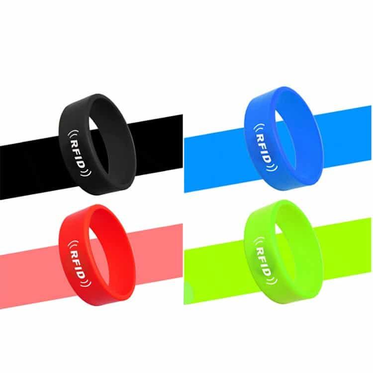 Silikon-RFID-Armbänder in den Farben schwarz, rot, blau und grün