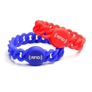 rotes und blaues flexibles RFID-Armband aneinander geheftet