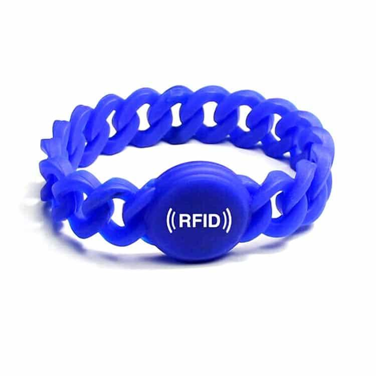 blaues flexibles RFID-Armband mit weißem Logoaufdruck