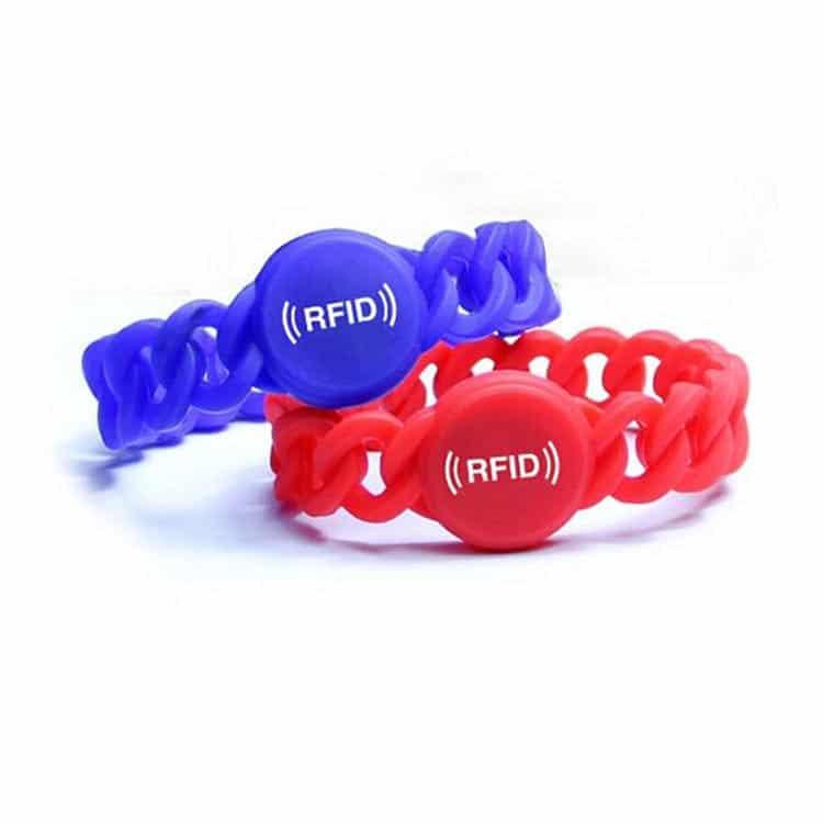 Frontansicht des roten und blauen flexiblen RFID-Armbandes