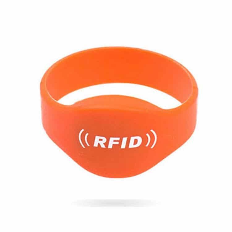 Vorderansicht des orangefarbenen Silikon RFID-Armbands mit weißem Logoaufdruck