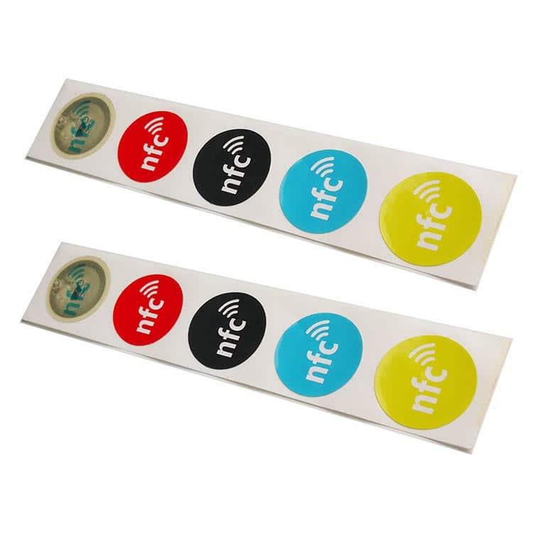 runde nfc-Aufkleber und Etiketten in verschiedenen Farben weiß, rot, schwarz, blau, gelb