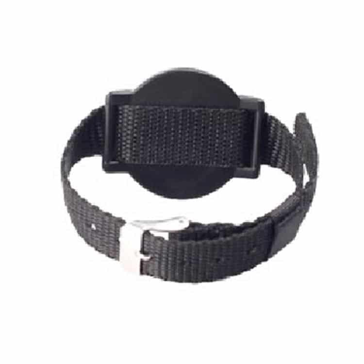 Rückansicht eines schwarzen RFID-Armbandes