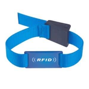 Vorderansicht eines blauen RFID-Armbands mit weißem Logodruck