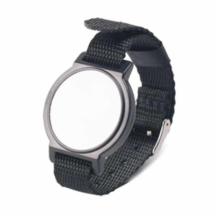 Frontansicht des schwarzen RFID-Armbandes mit Nylonband