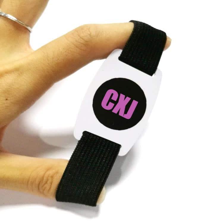 Hand dehnt elastisches RFID-Armband in schwarz mit Logodruck