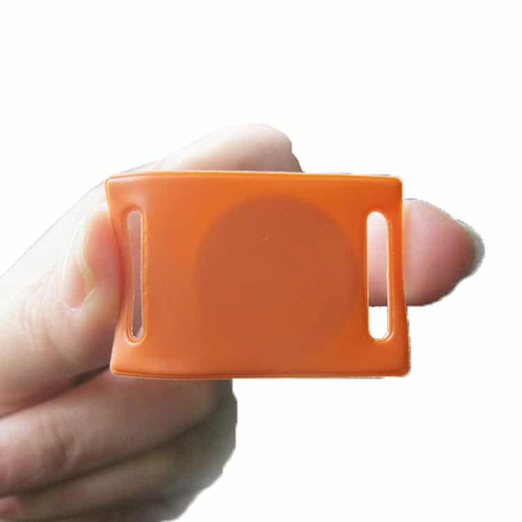 Hand biegt weichen PVC-tag mit eingebettetem RFID-chip