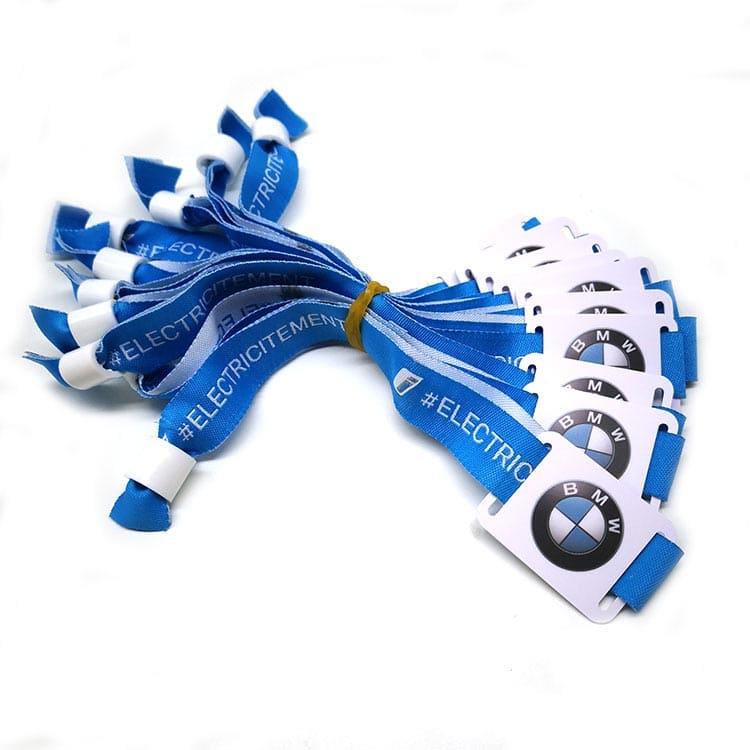 blaues RFID-Armband aus Stoff mit Design des Kunden BMW