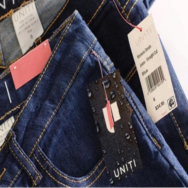 einige Papier-RFID-Anhänger, die im Geschäft an Jeans angebracht wurden