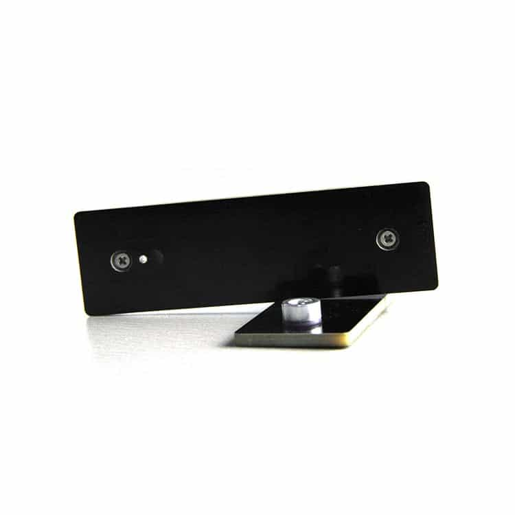 zwei schwarze Leiterplatten-Anti-Metall-Anhänger aus verschiedenen Blickwinkeln