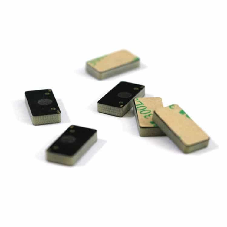 mehrere kleine rfid-tags zur montage auf metalloberflächen, die in verschiedenen positionen angezeigt werden