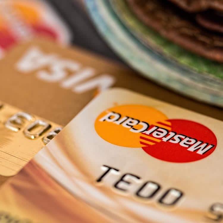 Nahaufnahme von Kreditkarte mit integriertem RFID chip für kontaktloses Bezahlen
