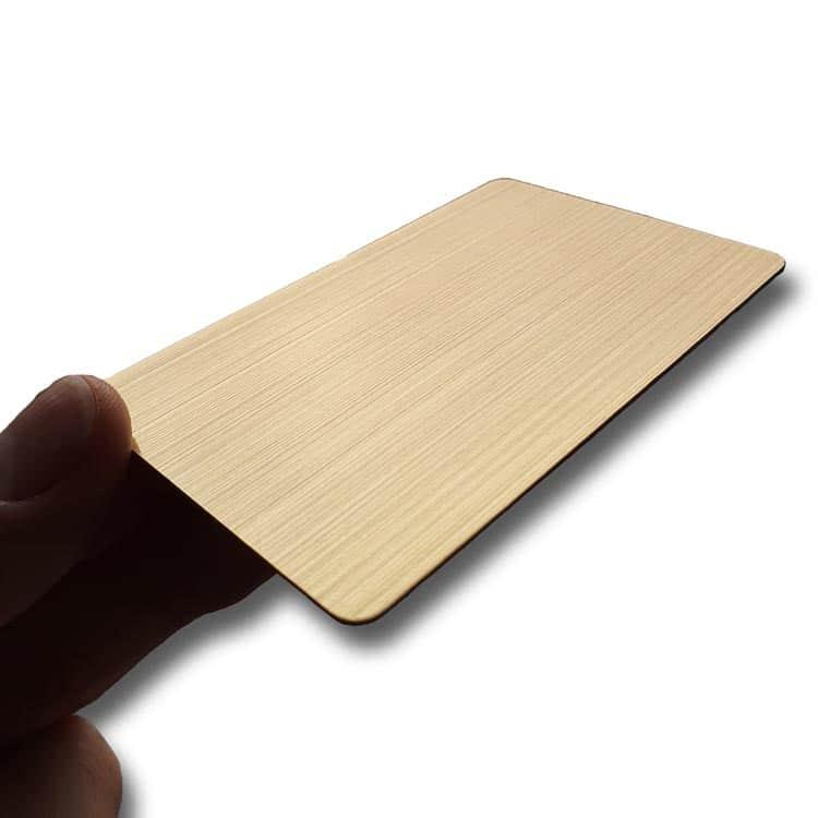Hand, die eine goldene Hairline-Chipkarte hält