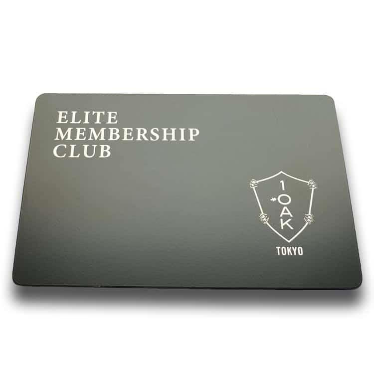 schwarze RFID-Chipkarte mit weißem Aufdruck von Kundenlogo und Name