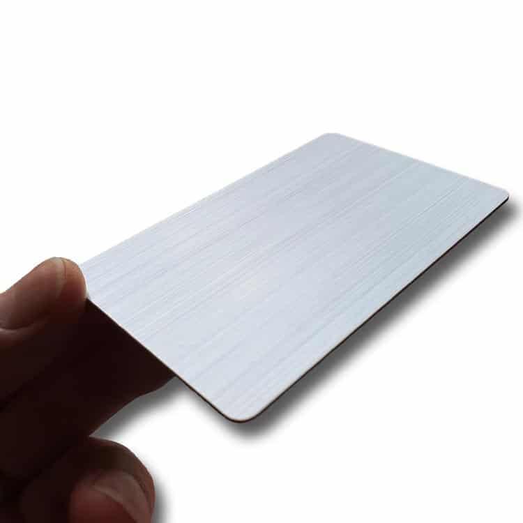 Hand hält silberne Hairline-Chipkarte