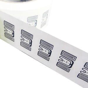 mehrere ultrahochfrequente RFID-Chips in einer Reihe mit Antenne