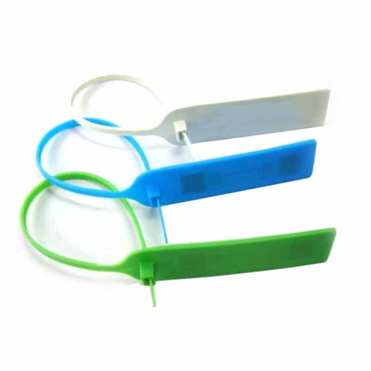 drei RFID-Kabelbinder in geschlossener Position in den Farben blau, grün, weiß