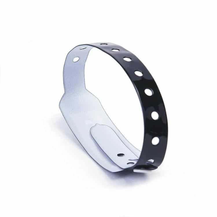 Frontansicht des glänzenden RFID-Armbandes in schwarz