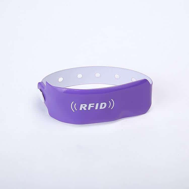 Frontansicht eines lila RFID-Armbandes
