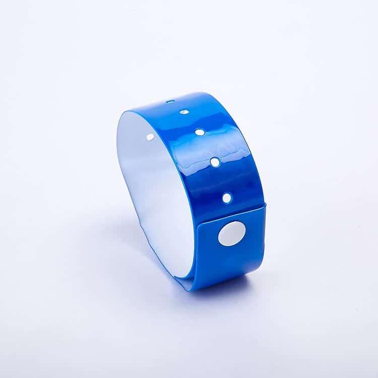 Frontansicht eines blauen RFID Einweg-Armbandes